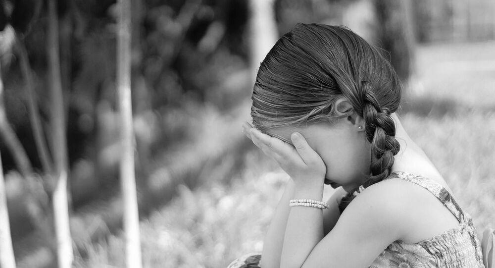 Une fille qui pleure, image d'illustration
