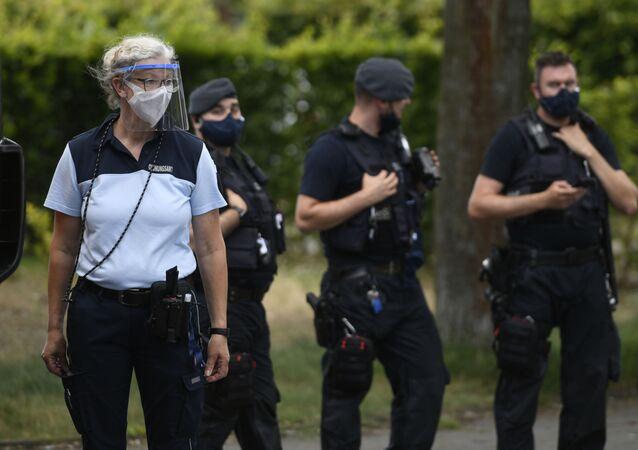 des policiers près du domicile des employés de l'abattoir Tönnies