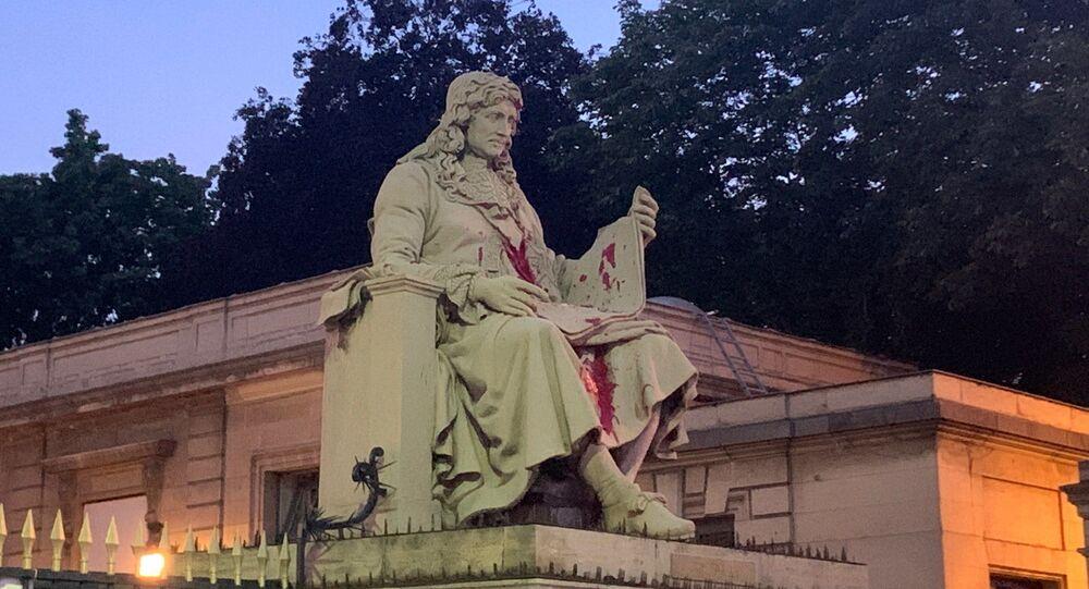 La statue de Colbert taguée avec de la peinture rouge, 23 juin 2020