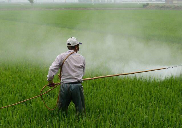 Épandage herbicide dans un champ