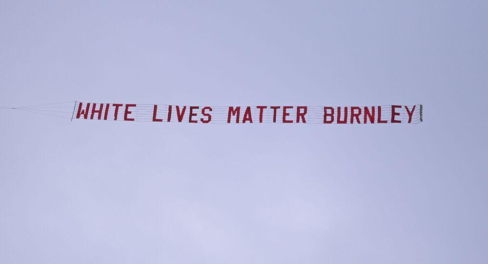 Banderole White Lives Matter Burnley dans le ciel au-dessus du stade Etihad
