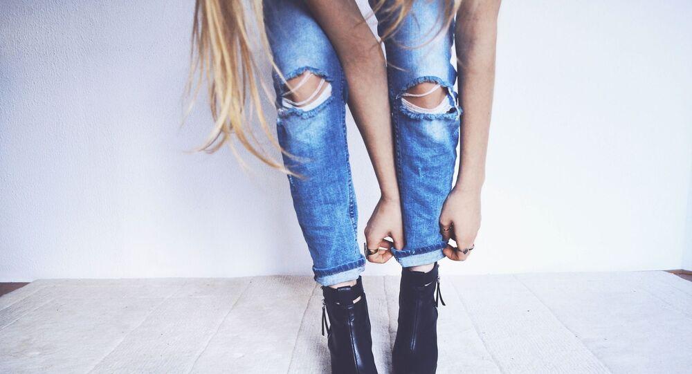 Une femme en jean