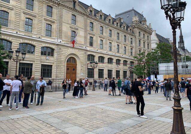Rassemblement de soutien aux forces de l'ordre à l'appel de l'association des femmes de policiers à Paris, le 27 juin