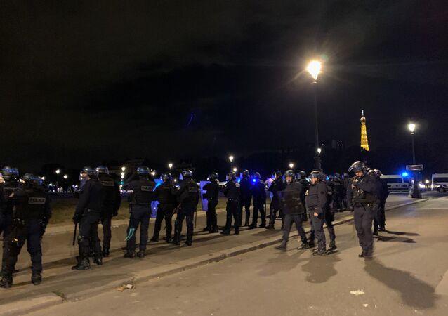 Des centaines de jeunes se sont rassemblés sur l'esplanade des Invalides dans la nuit du 27 au 28 juin à la suite d'un appel sur les réseaux sociaux à une soirée Projet X