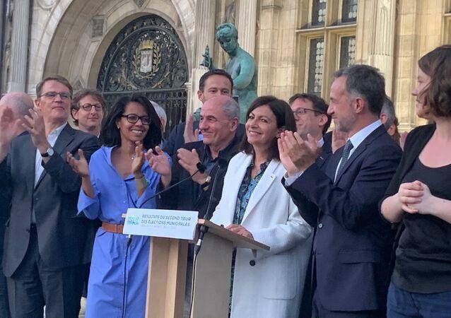 Anne Hidalgo applaudie à Paris après sa victoire aux municipales