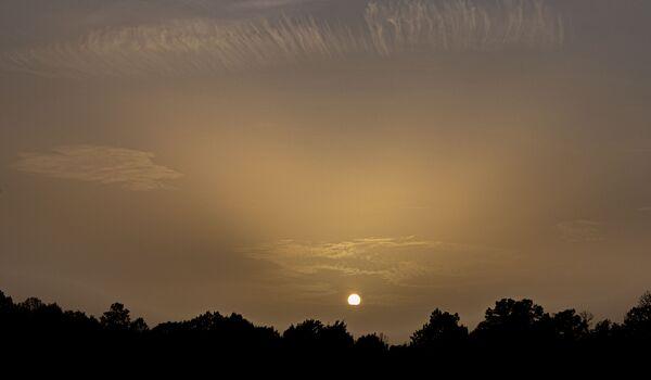 Un gigantesque nuage de sable et de poussière du Sahara a traversé l'Atlantique   - Sputnik France