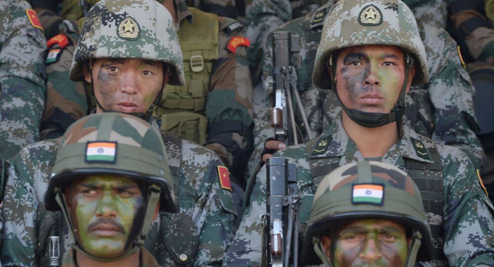 Des militaires indiens et chinois (photos d'archives)