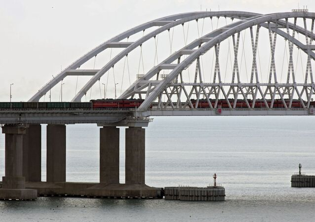 Des trains de fret traversent le pont de Crimée, le 30 juin 2020