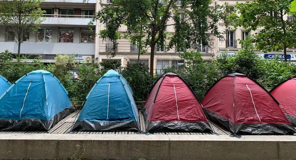 Des tentes accueillant de jeunes migrants dans un parc proche de la place de la République
