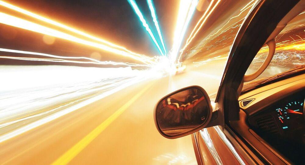 Une voiture roule à pleine vitesse, image d'illustration