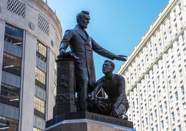 La statue représentant un esclave libéré agenouillé aux pieds d'Abraham Lincoln sur le mémorial Émancipation à Boston