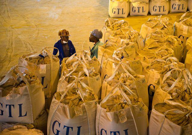 Des ouvriers congolais devant des sacs contenant du cobalt et du cuivre.