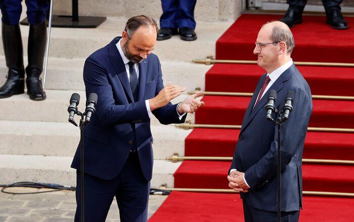 Edouard Philippe applaudit le nouveau Premier ministre Jean Castex dans la cour de l'hôtel Matignon