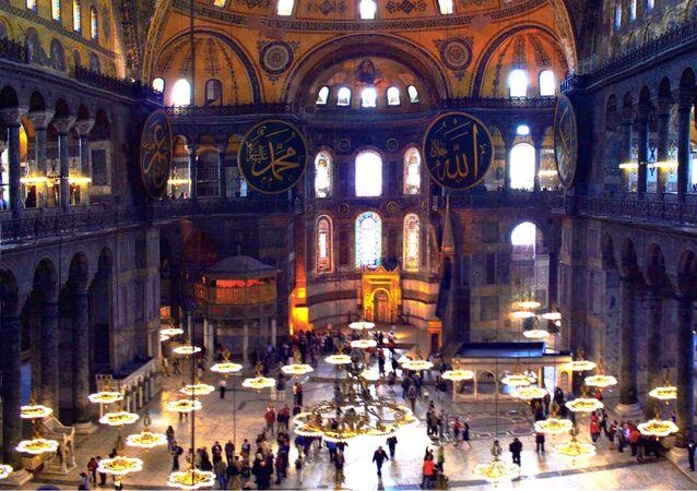 A l'intérieur de la basilique Sainte-Sophie