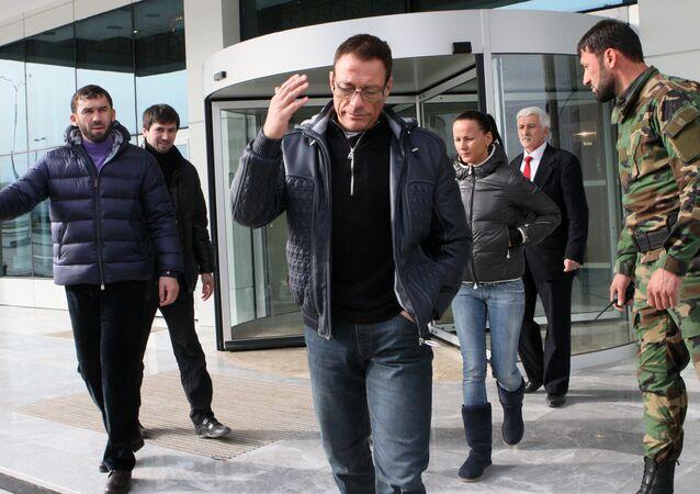 Jean-Claude Van Damme lors de sa visite à Grozny
