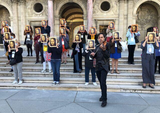 200 guides-conférenciers ont protesté devant le Musée du Louvre le jour de son ouverture
