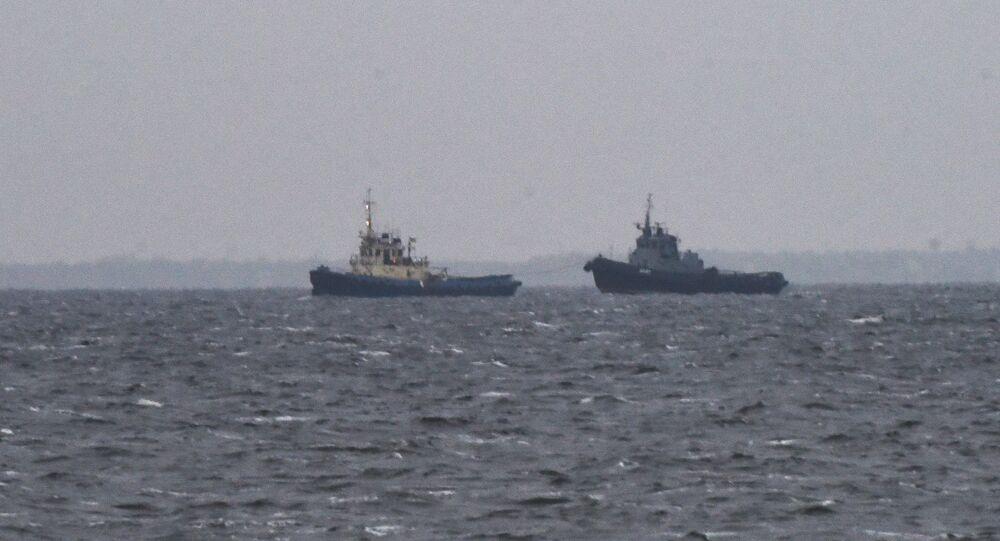 Une vedette et un remorqueur de la Marine ukrainienne arrivent au port d'Otchakov (archive photo)