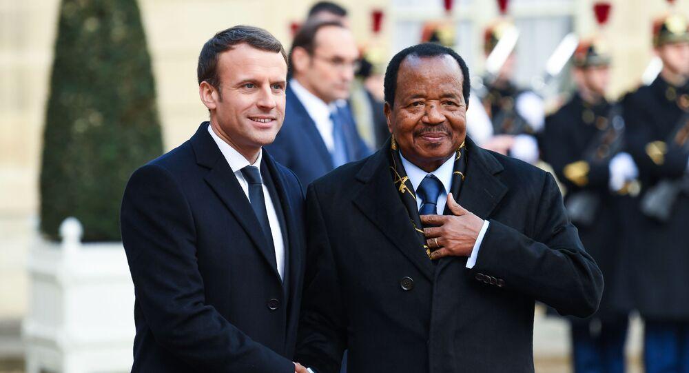 Le Président français Emmanuel Ma cron accueille le Président Camerounais Paul Biya à l'Élysée, le 12/12/2017.