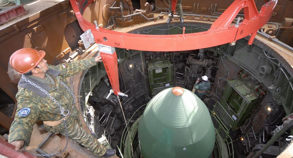 Mise en silo d'un missile balistique intercontinental
