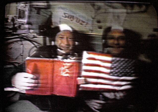 Alexeï Leonov et Thomas Stafford lors de la mission Soyouz-Apollo (juillet 1975)
