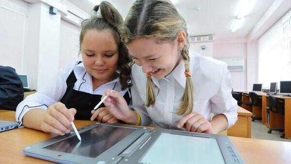 Эксперимент по переходу на электронные книги в средних школах - Sputnik France