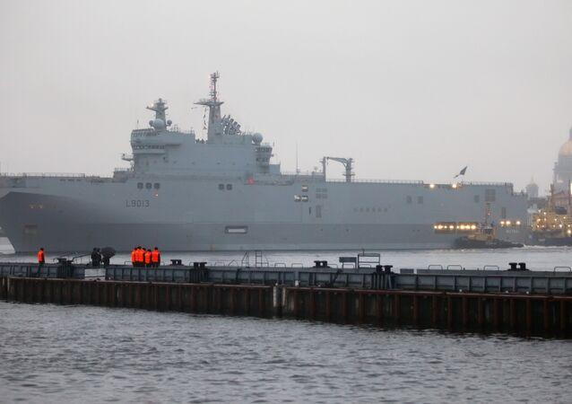un porte-hélicoptères Mistral à Saint-Pétersbourg