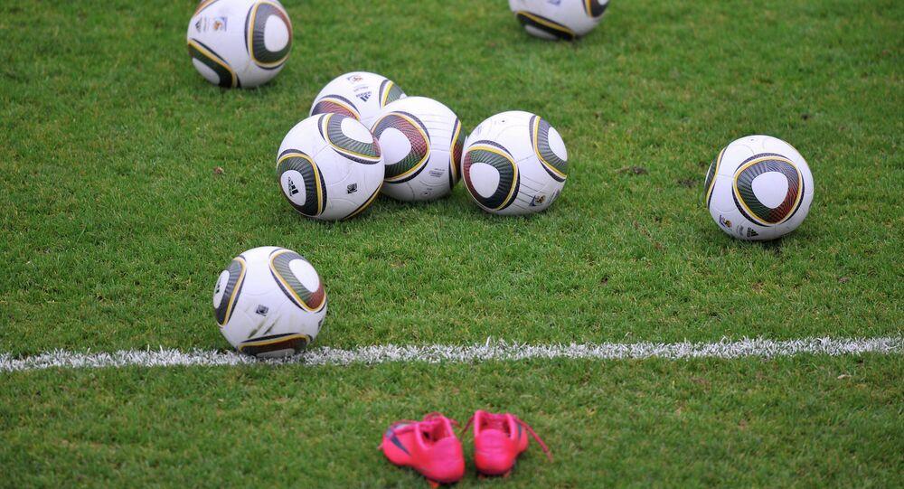 Une paire de crampons sur un terrain de foot