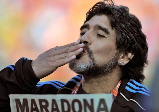 Maradona se lance dans une danse avec des gitanes à Moscou (vidéo)