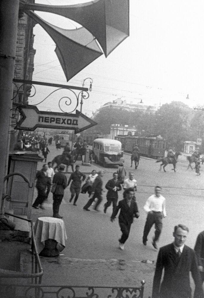 Léningrad. Les habitants de la ville quittent les rues suite à une alerte au raid aérien (juin 1941)
