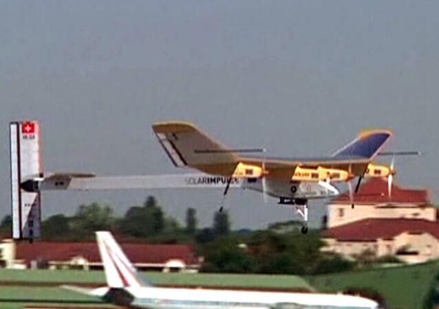 L'avion solaire Solar Impulse survole le Bourget