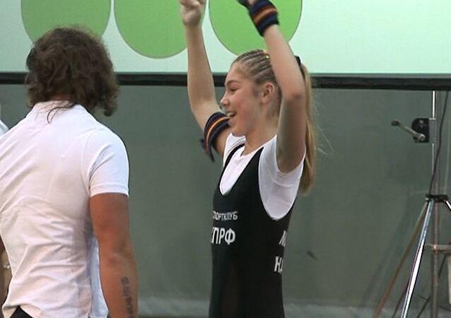 Force athlétique: une écolière russe championne du monde