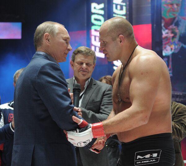 Poutine félicite Emelianenko sur le ring - Sputnik France