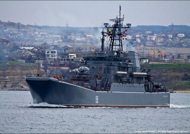 Le grand navire de débarquement Tsezar Kounikov