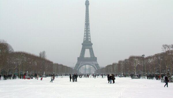 Эйфелева башня над покрытыми снегом улицами Парижа - Sputnik France