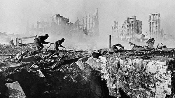 Les soldats soviétiques prennent d'assaut un immeuble - Sputnik France