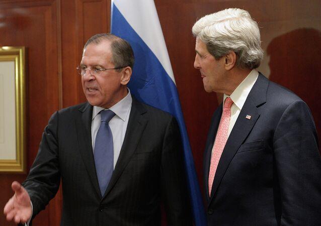 Sergueï Lavrov (à gauche) et John Kerry (archives)