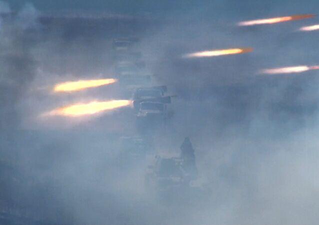 Des obusiers Msta-S et des roquettes Grad en action