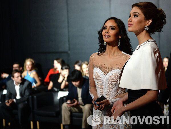 Победительница конкурса Мисс вселенная-2013 Габриэла Ислер и победительница конкурса Мисс Мира-2013 Меган Янг (справа налево) во время финала национального конкурса Мисс Россия 2014
