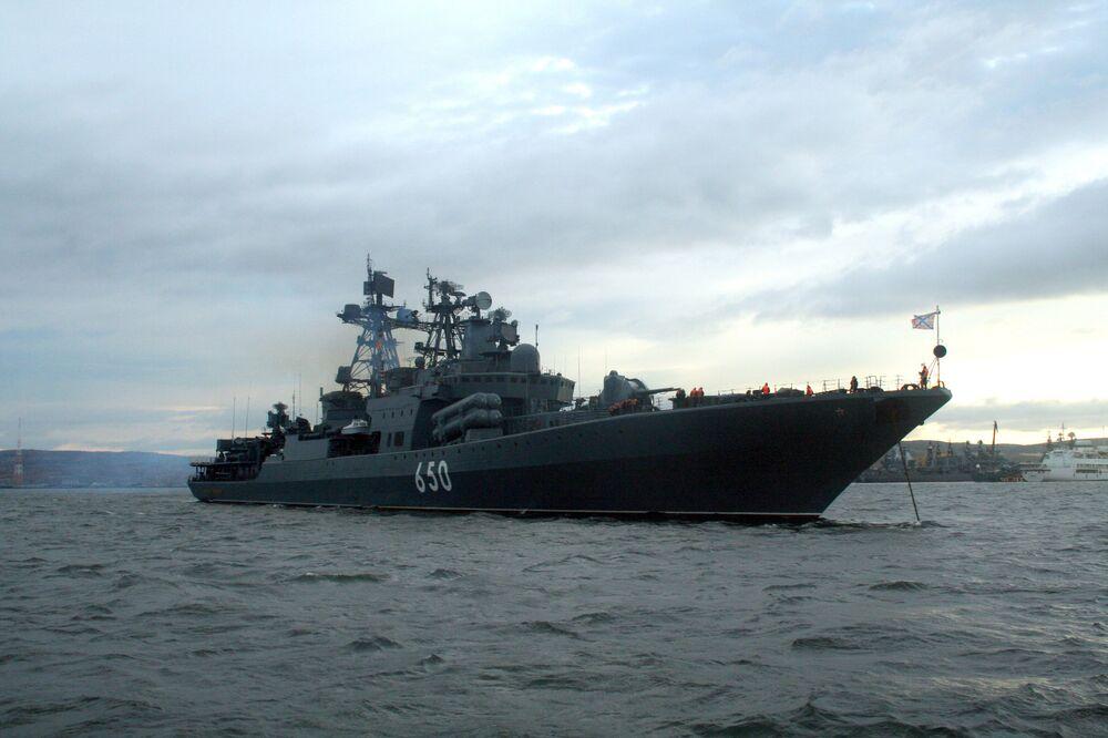 Le grand navire de lutte anti-sous-marine Admiral Tchabanenko