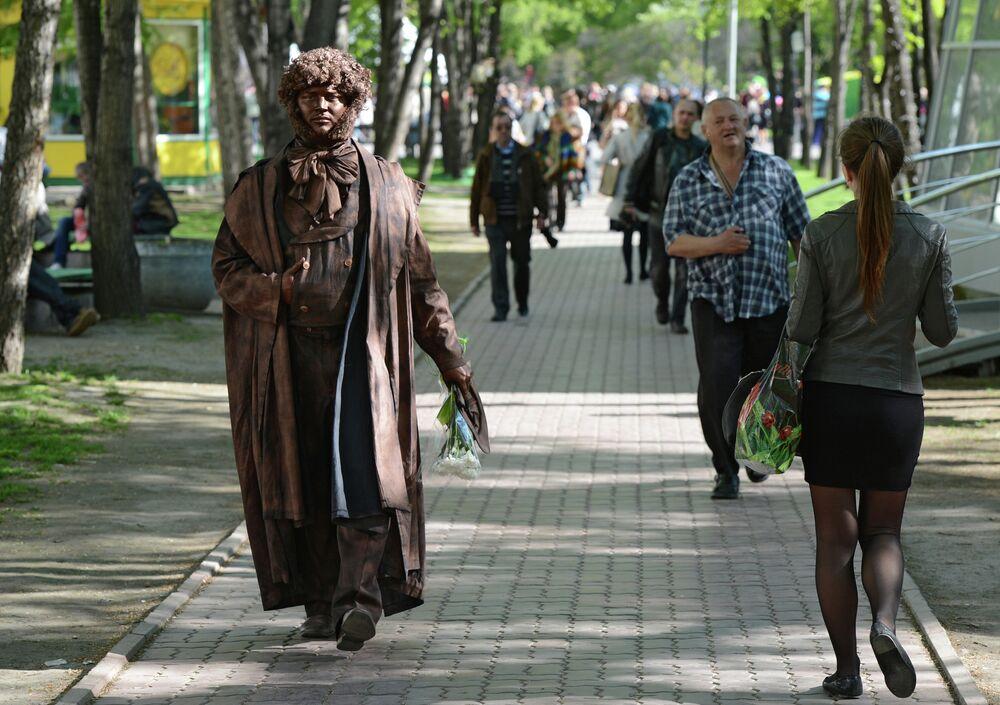Un acteur incarnant Pouchkine lors d'une cérémonie organisée à Novossibirsk à l'occasion de l'anniversaire de la naissance du poète