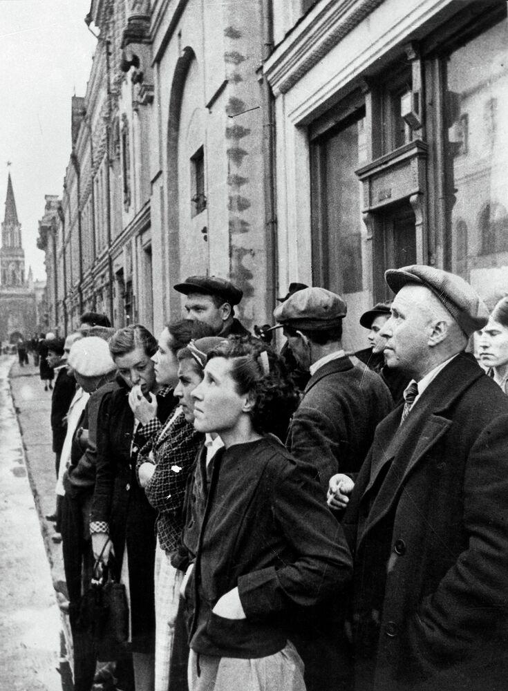 22 juin 1941. Les habitants de Moscou écoutent le message radio du gouvernement soviétique annonçant l'attaque perfide de l'Allemagne nazie contre l'URSS et le début de la guerre patriotique