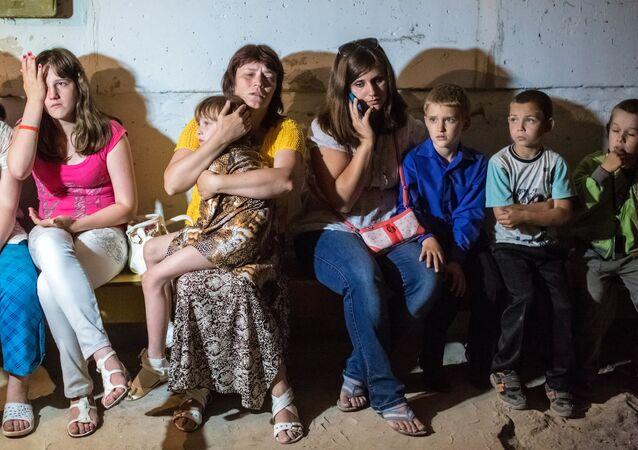 Des écoliers de l'école N°13 de la ville de Slaviansk se réfugient dans le sous-sol du bâtiment, un obus ukrainien ayant explosé pendant les cours
