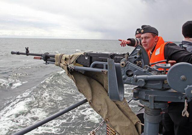 Tir d'une mitrailleuse lourde Outios depuis le patrouilleur Iaroslav Moudry lors d'un exercice tactique en mer Baltique