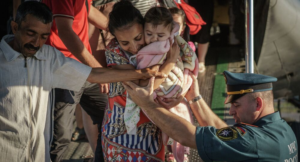 Беженцы с Украины выходят из самолета Ил-76 МЧС России, приземлившегося в аэропорту Санкт-Петербурга