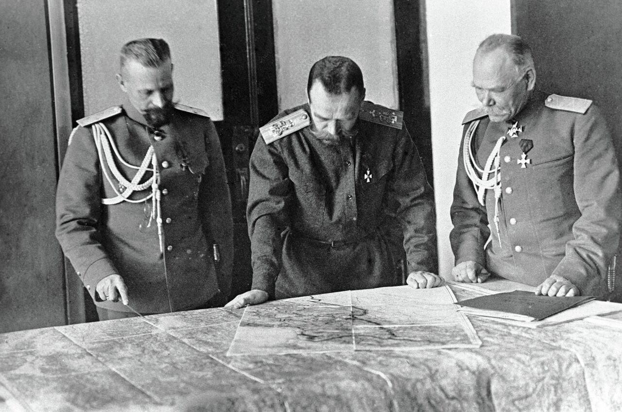 L'empereur russe Nicolas II évoque un plan de bataille avec ses généraux