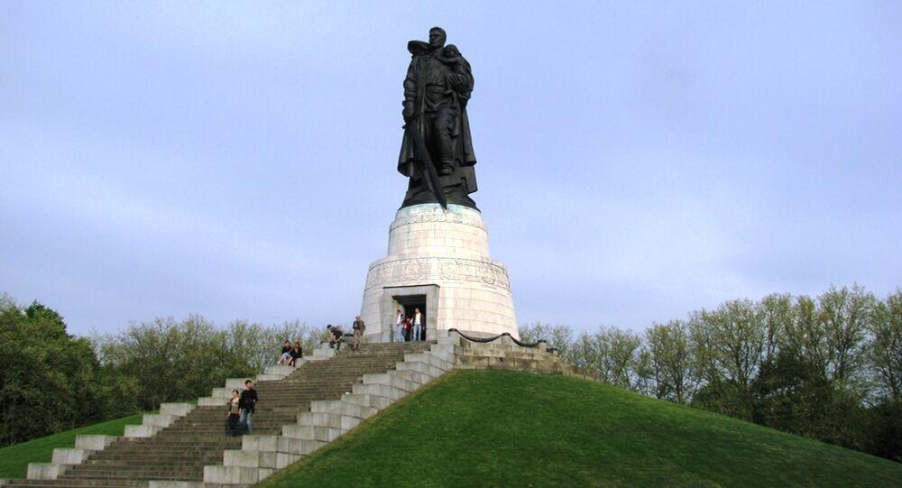 Statue du soldat avec l'enfant et la croix gammée brisée. Treptower Park. Berlin