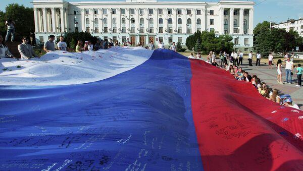 Жители Симферополя во время празднования Дня российского флага - Sputnik France