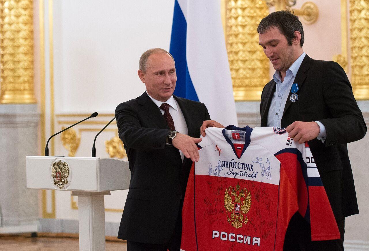 Poutine et ses coups de fils aux stars