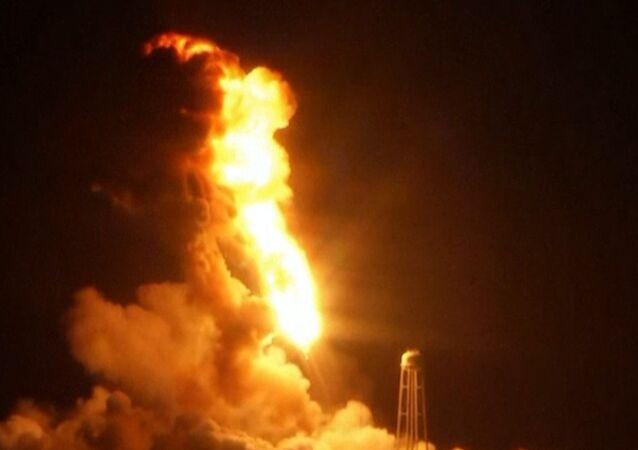 Etats-Unis: le lanceur spatial Antares explose au décollage