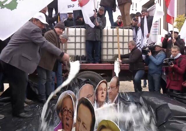 Les manifestants ont arrosé avec du lait les portraits des dirigeants européens